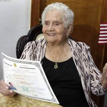 99-year-old great-grandmother named América becomes US citizen