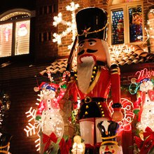 Plan to See the Lights in Dyker Heights? Here's a Guide to Eating in the Neighborhood