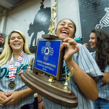 Oñate celebrates its first softball state title