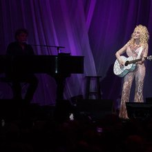 Dolly Parton Radiates At Houston Tour Stop