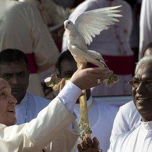 Pope Francis visits former war zone in Sri Lanka | Al Jazeera America