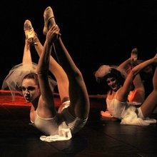 Kinetic Theory fosters young circus strengths in 'Dracula'