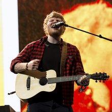 Ed Sheeran sticks with his everyman brand at the Wells Fargo Center