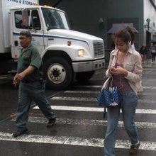 Hawai quiere prohibir que los peatones revisen su celular mientras cruzan la calle