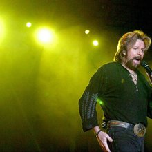 Ronnie Dunn replacing Gary Sinise at Rockin' for the Troops