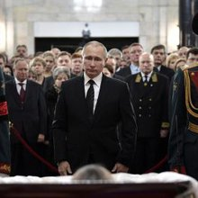 This haunting photo of Vladimir Putin at ambassador Karlov's funeral holds a political message