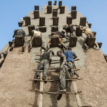 Mali: Replastering the biggest mud building in the world