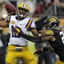 Freshman QB Jennings struggles for LSU