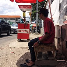 The Big Battle Over This Pint-Sized Gas Reseller | VICE | Indonesia (English)