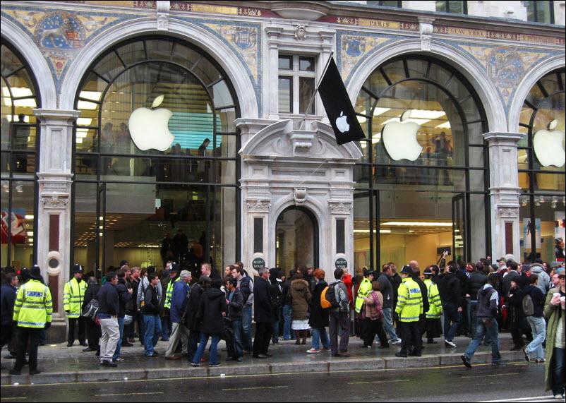 people in line at Apple Store