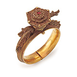 AN IMPRESSIVE GOLD BANGLE -    - Auction of Fine Jewels & Watches