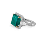 AN IMPRESSIVE EMERALD AND DIAMOND RING -    - Autumn Auction of Fine Jewels and Silver