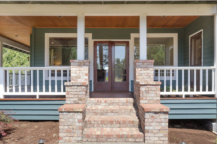 Porch off living/dining rooms