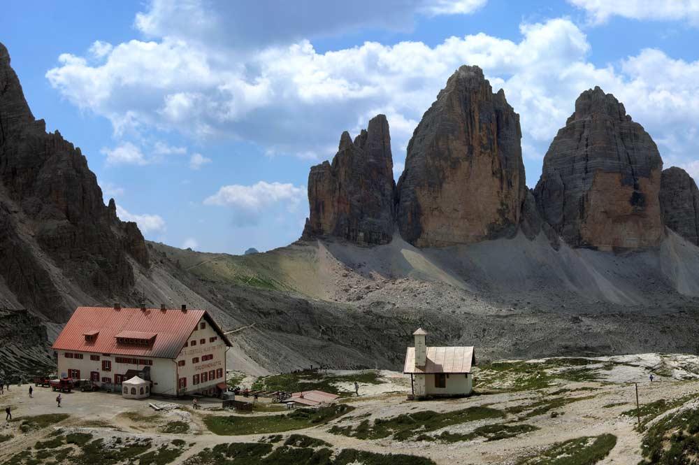Dreizinnenhütte mit Kapelle und Drei Zinnen im Hintergrund