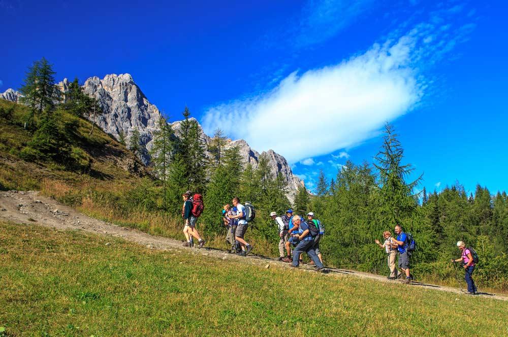 Wandergrupp auf einem Pfad in den Drei Zinnen Dolomiten