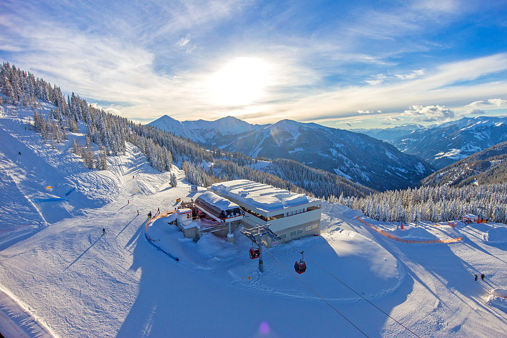 Luftaufnahme der Bergstation am Goldeck