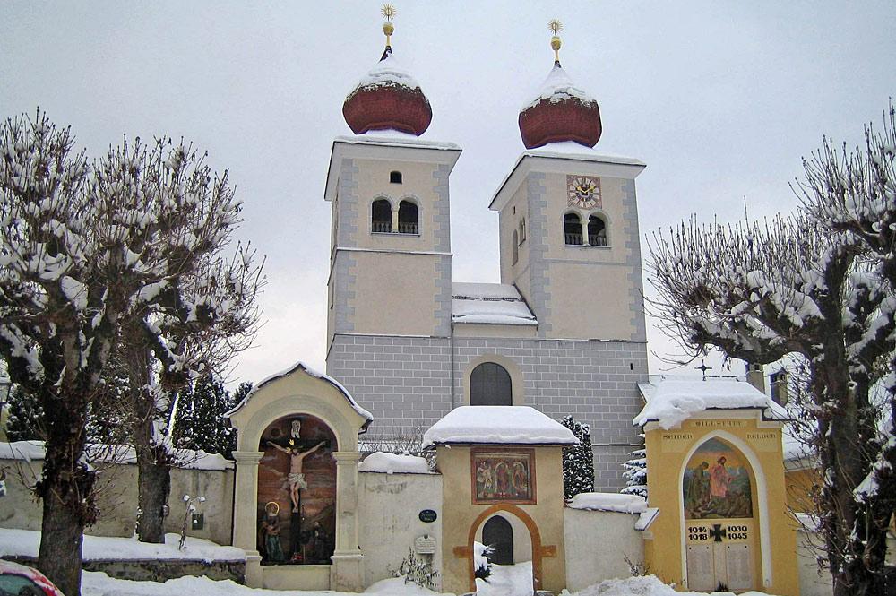 Außenansicht der Stiftskirche des Stifts Millstatt im Winter