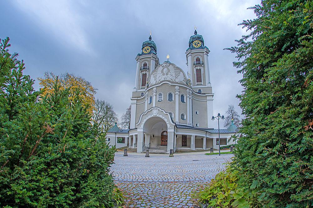 Außenansicht der katholischen Stadtpfarrkirche St. Petrus und Paulus in Lindenberg