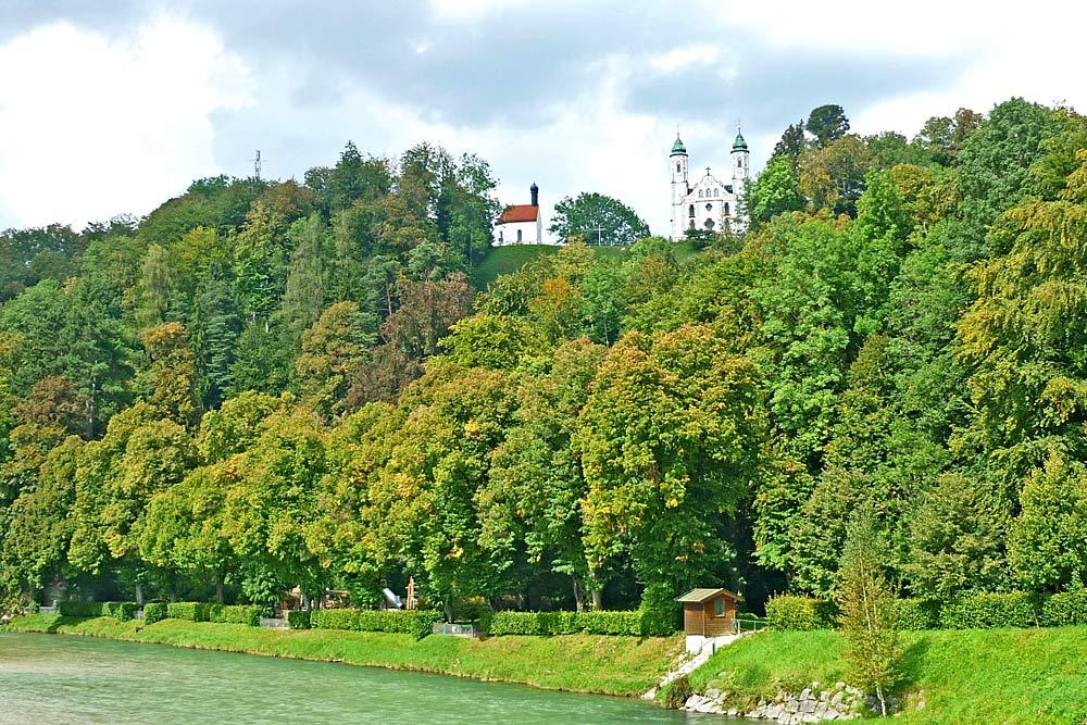 Blick auf den Kalvarienberg Bad Tölz mit Heilig-Kreuz-Kirche und Kapelle St. Leonhard