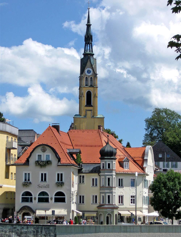 Blick auf die Stadtpfarrkirche Mariä Himmelfahrt in Bad Tölz