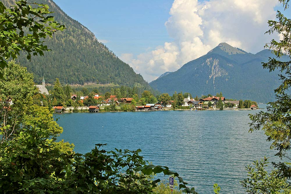 Blick auf den Ort Walchensee am Walchensee