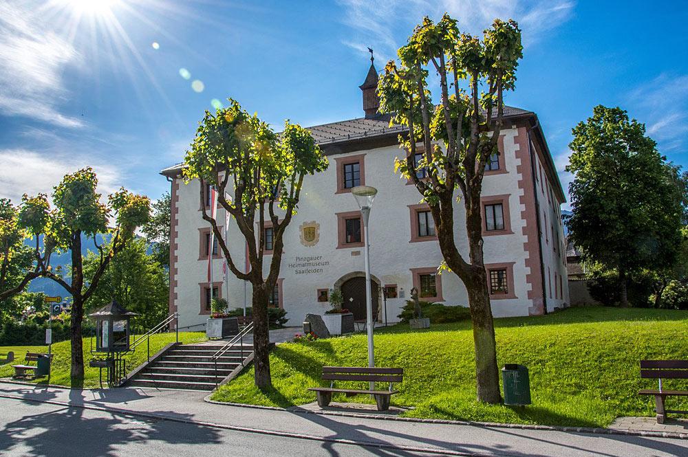 Außenansicht des Museums Schloss Ritzen in Saalfelden