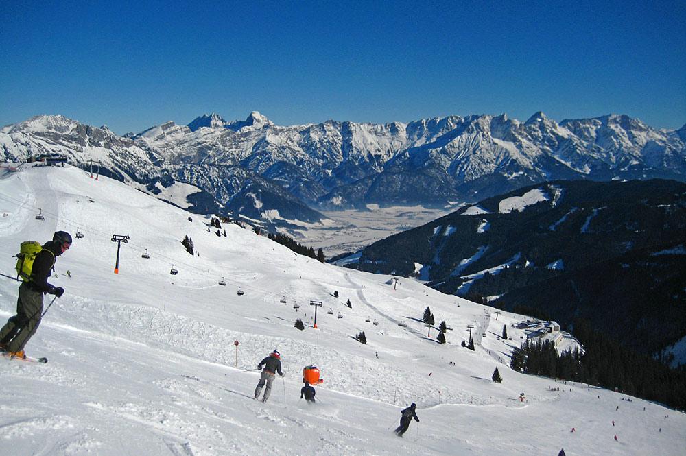 Wintersportler auf einer Skipiste in Leogang