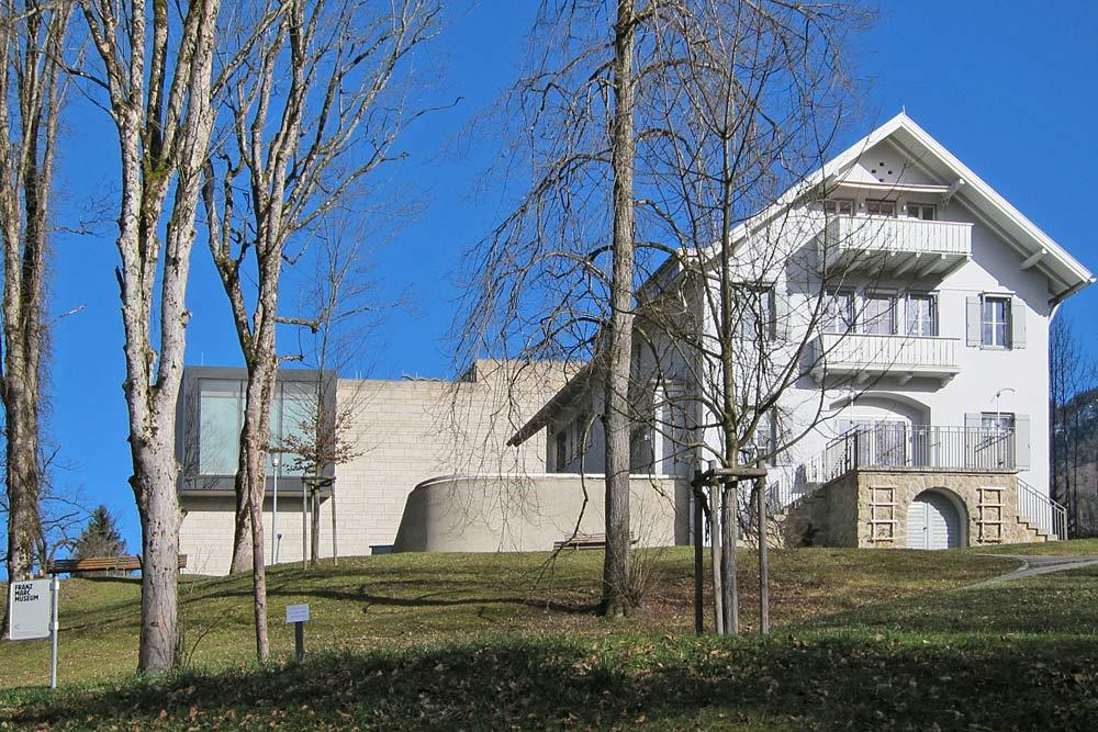 Fassade des Franz-Marc-Museum mit Erweiterungsbau in Kochel am See