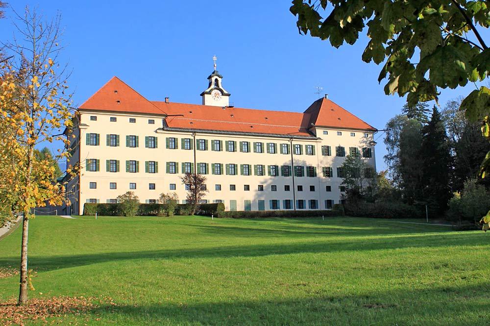 Hauptfront von Schloss Hohenburg in Lenggries