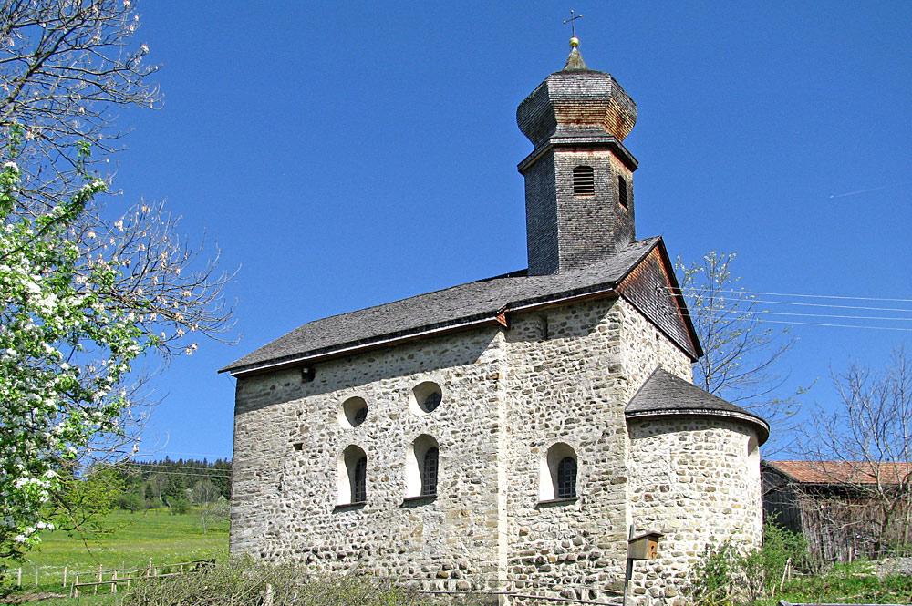 Außenansicht der St. Nikolaus-Kapelle in Rettenberg-Emmereis