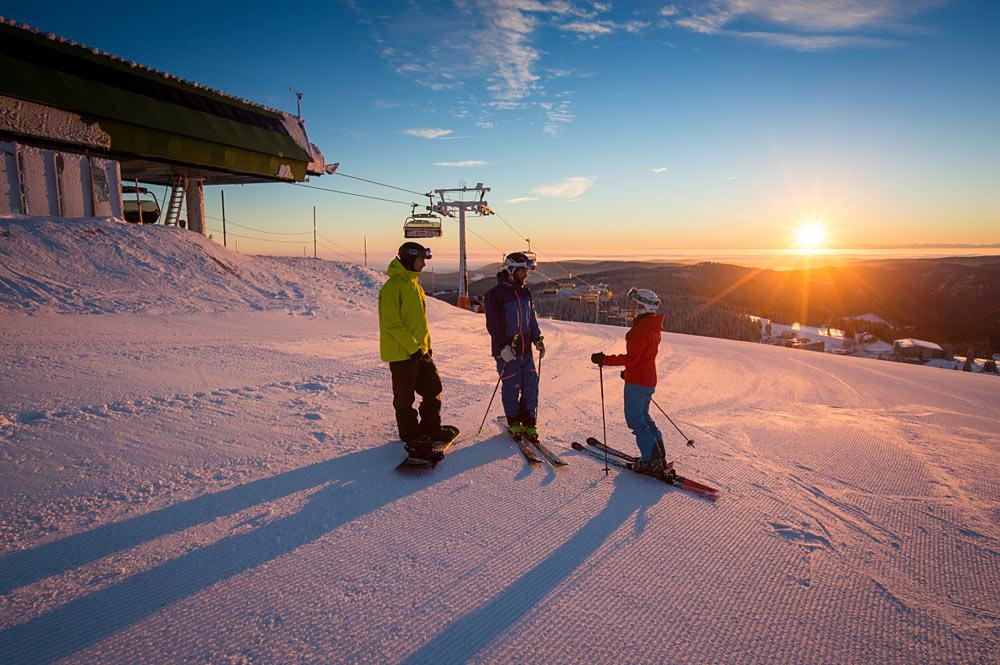 Skifahrer im Sonnenaufgang am Feldberg