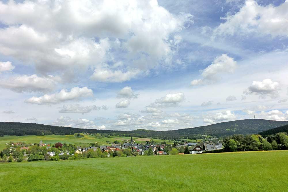 Blick auf Bischofsgrün und den Schneeberg