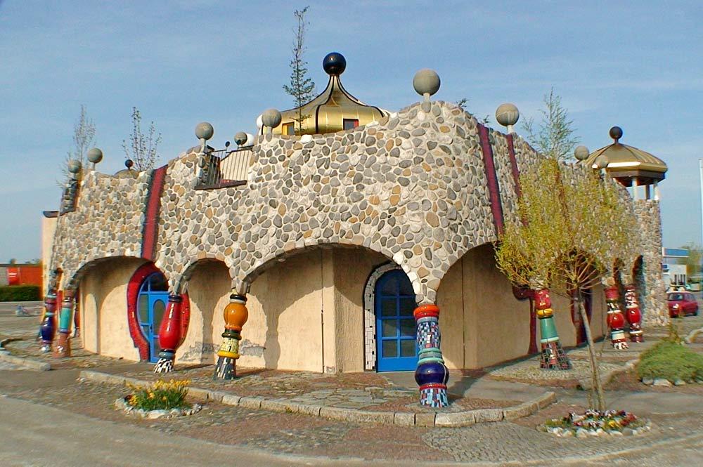Außenansicht der von Hundertwasser gestalteten Markthalle in Altenrhein bei Thal