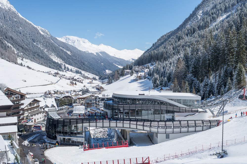 Blick auf den Ort Ischgl und die Talstation der Paragratschbahn