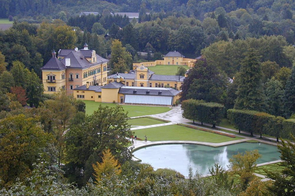 Luftaufnahme des Schlosses Hellbrunn in Salzberg