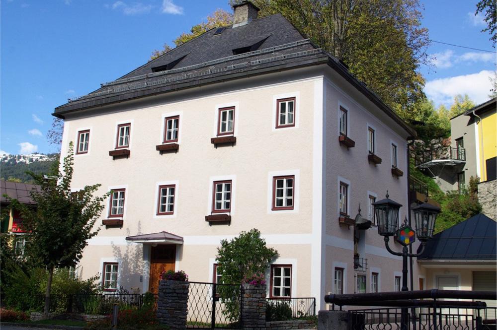 Dreigeschossiger Pfarrhof in Saalbach Hinterglemm