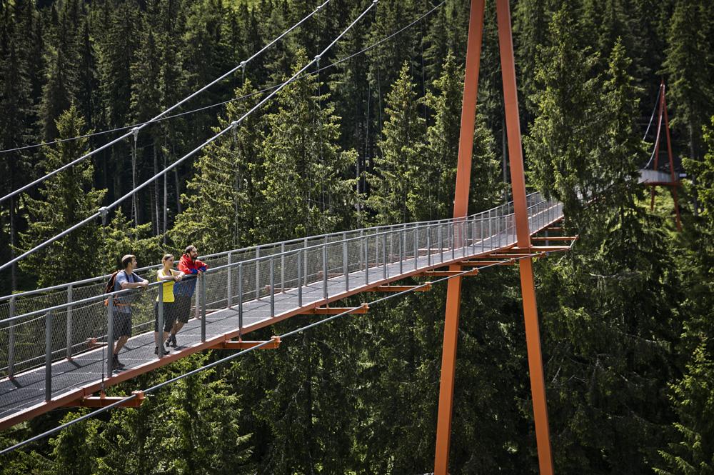 Personen auf der Golden Gate Brücke beim Baumzipfelweg in Hinterglemm