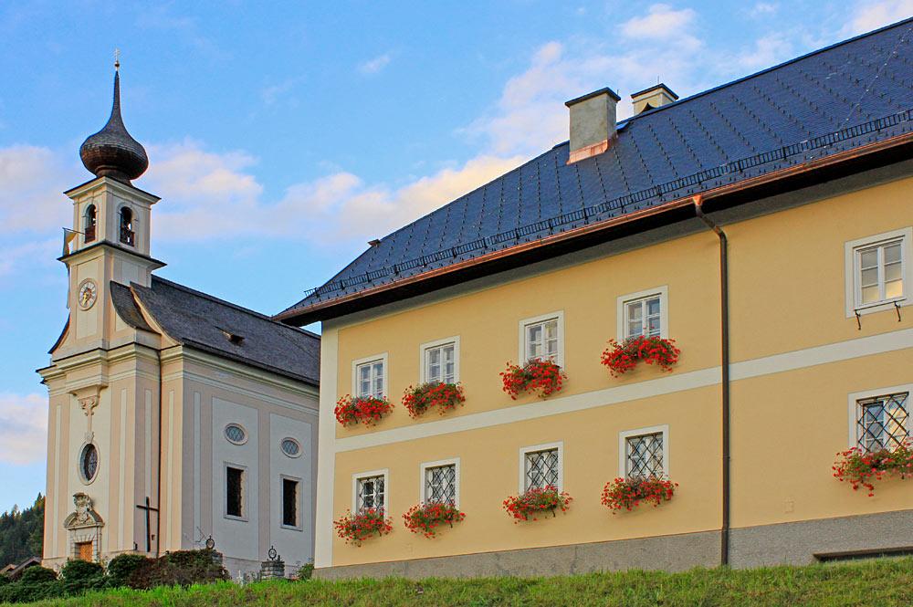 Pfarrhof und Pfarrkirche Unbefleckte Empfängnis Mariä in Flachau