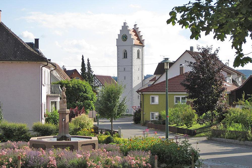 Blick auf die Pfarrkirche St. Antonius in Großschönach am Bodensee