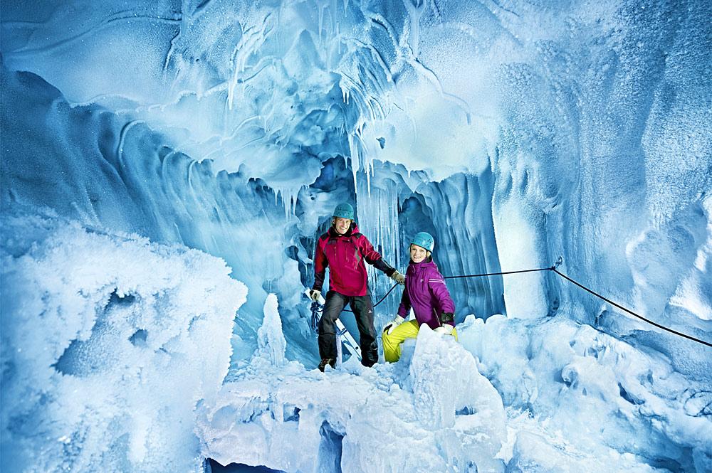 Paar im Natur-Eispalast am Hintertuxer Gletscher