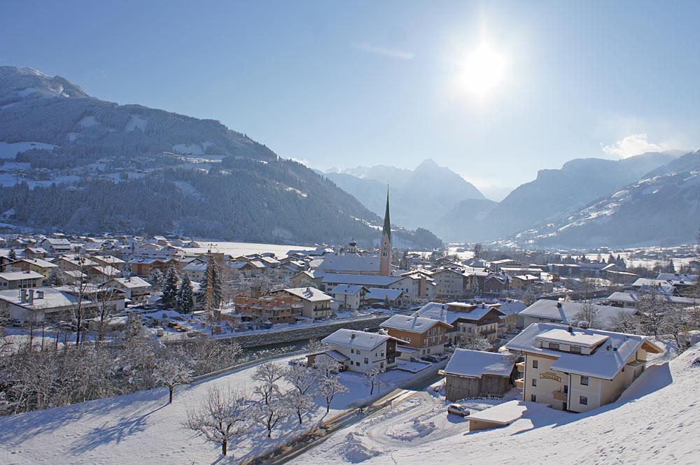 Winterliche Ortsansicht Zell im Zillertal