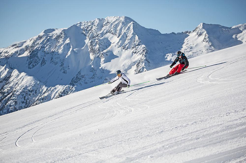 Zwei Skifahrer auf einer Piste in der Zillertal Arena