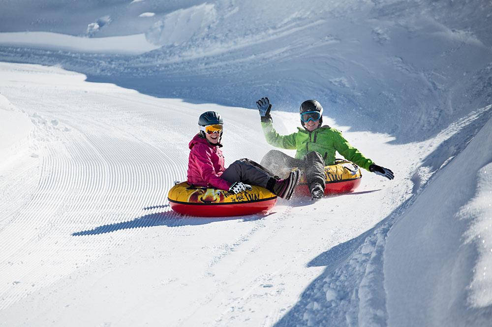Zwei Wintersportler auf der Snowtubing-Bahn in der Zillertal Arena
