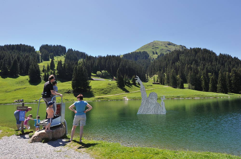 Familie am Filzalmsee im Brixental