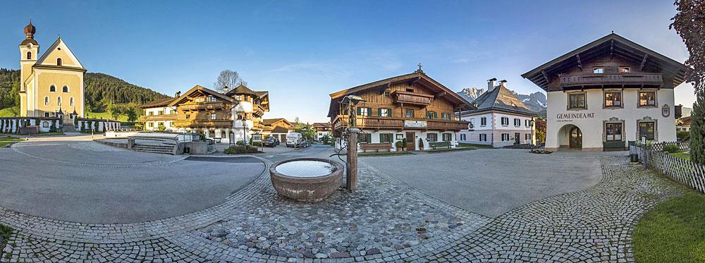 Panoramablick auf den Dorfplatz von Going am Wilden Kaiser