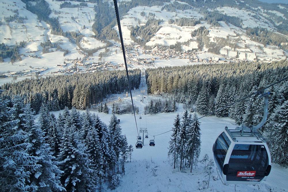 Blick auf die Gondeln der Skiweltbahn in der SkiWelt Wilder Kaiser-Brixental
