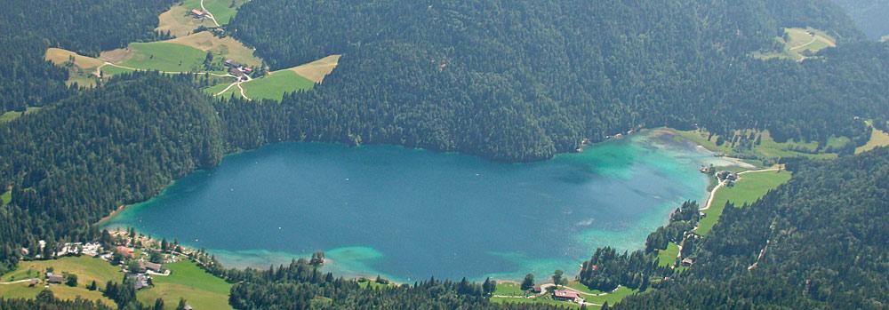 Luftaufnahme des Hintersteiner Sees bei Scheffau