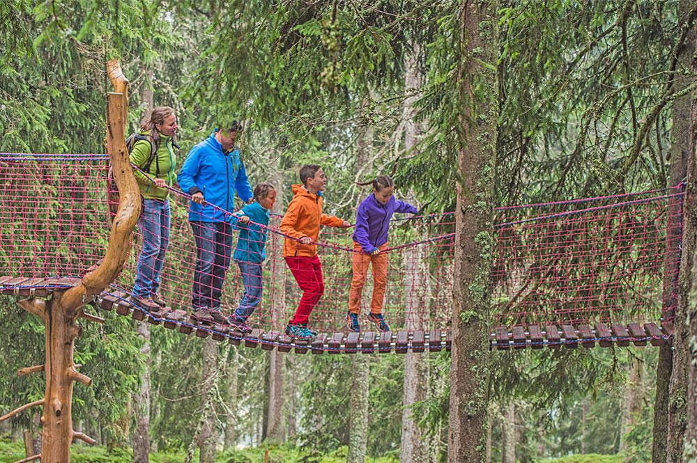 Familie im Klettergarten des Kaiserwalds in der Kaiserwelt Scheffau