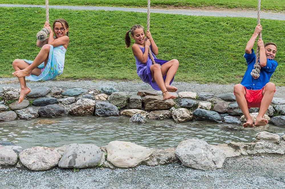 Mädchen auf der Seilüberquerung im Hexenwasser Söll