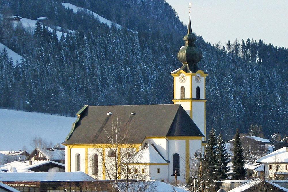 Außenansicht der Pfarrkirche St. Peter und Paul in Söll